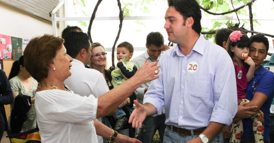 28.out.2012 - Ratinho Jr., candidato do PSC à Prefeitura de Curitiba, vota na Escola Municipal Vinhedos, no bairro Santa Felicidade. Ratinho, que venceu no primeiro turno, agora é apontado como o segundo nas pesquisas de intenção de voto