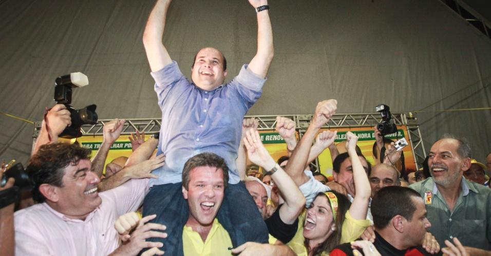 28.out.2012 - Roberto Claudio (PSB) comemora a vitória na disputa pela Prefeitura de Fortaleza. Ex-aliado da gestão municipal por mais de sete anos, o PSB acaba com o domínio de oito anos do PT e passa a governar a quinta cidade mais populosa do país