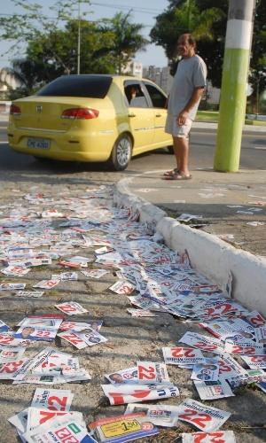 28.out.2012 - Rua de São Gonçalo, o maior colégio eleitoral neste segundo turno do Rio de Janeiro, amanhece com milhares de panfletos dos candidatos nas ruas e calçadas