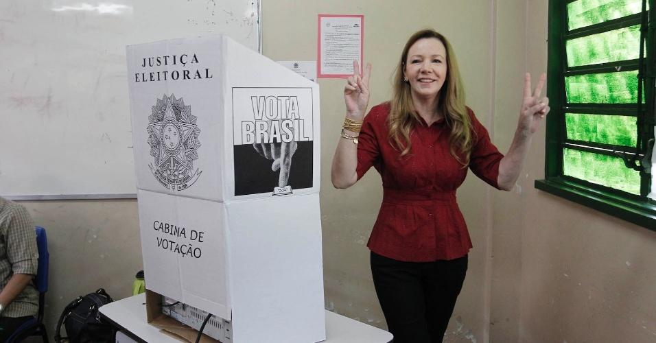 28.out.2012 - Segunda colocada nas pesquisas para a Prefeitura de Manaus, a senadora Vanessa Grazziotin (PCdoB) votou neste domingo (28), no Colégio Sólon de Lucena, zona centro-sul da cidade