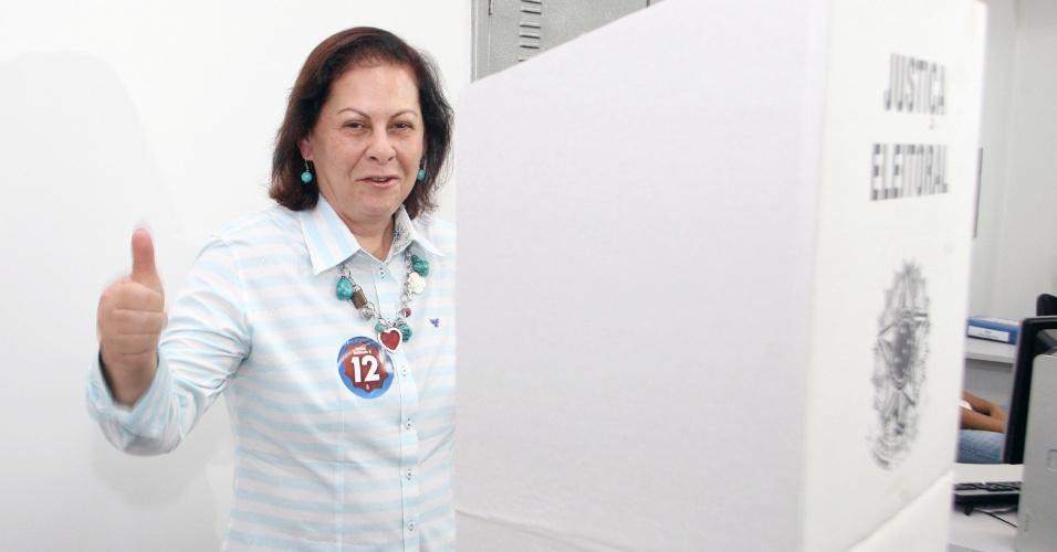 28.out.2012 - Sheila Gama, candidata pelo PDT à Prefeitura de Nova Iguaçu, no Rio de Janeiro, vota em uma agência do Banco Mercantil, no centro da cidade, neste domingo (28)