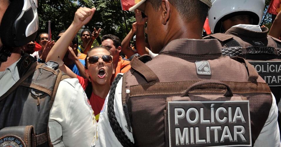 28.out.2012 - Uma confusão entre manifestantes do PT e do DEM durante o voto de ACM Neto, candidato do DEM à Prefeitura de Salvador, causou tumulto em frente à Universidade Federal da Bahia (UFBA) nesta manhã