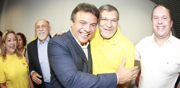 Zenaldo Coutinho (PSDB), de terno, comemora vitória pela Prefeitura de Belém neste domingo (28)