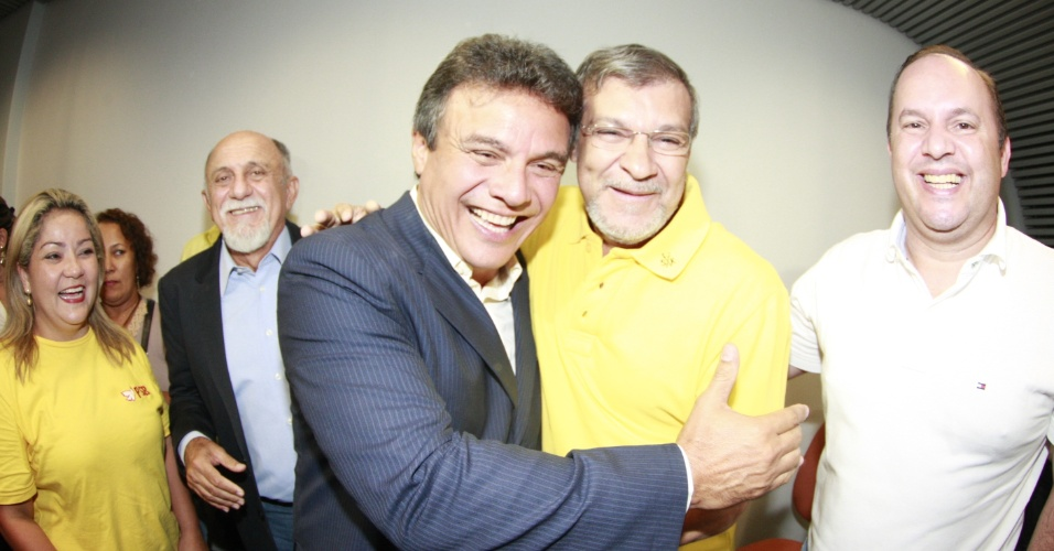 28.out.2012 - Zenaldo Coutinho (PSDB), de terno, comemora vitória pela Prefeitura de Belém (PA) neste domingo (28). Com 56,6% dos votos, Coutinho derrotou Edmilson Rodrigues (PSOL), que obteve 43,3%