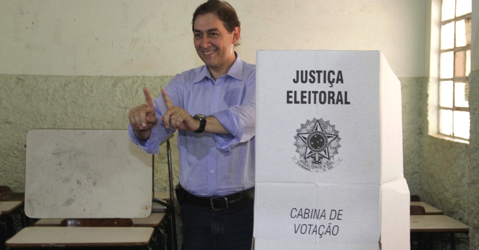 28.out.212 - O candidato do PP à Prefeitura de Campo Grande (MS), Alcides Bernal, vota no segundo turno das eleições municipais neste domingo (28)