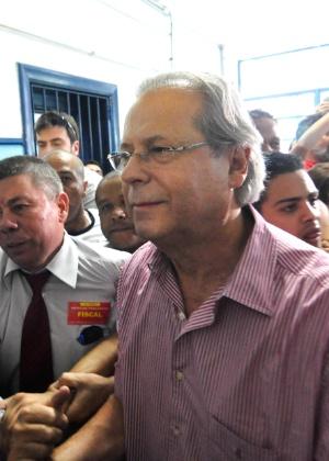 Confusão na chegada de José Dirceu para votar em colégio no Bosque da Saúde, em SP