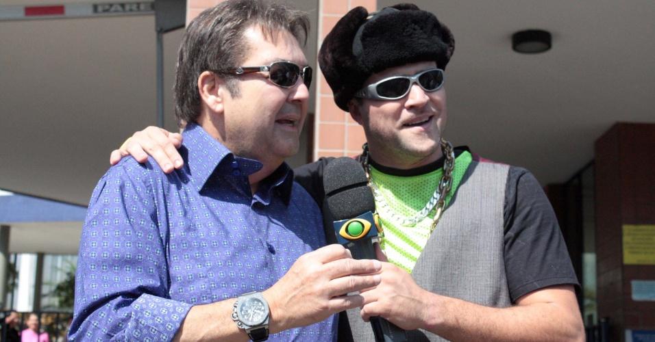 """O apresentador da TV Globo Fausto Silva é entrevistado por repórter do programa """"Pânico na Band"""", da TV Bandeirantes, durante votação em São Paulo; acompanhe a cobertura das eleições do UOL"""