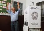 Candidato do PMDB à Prefeitura de Nova Iguaçu vota sem um dos dentes da frente (Foto: Roberto Moreyra/Extra/Agência O Globo)