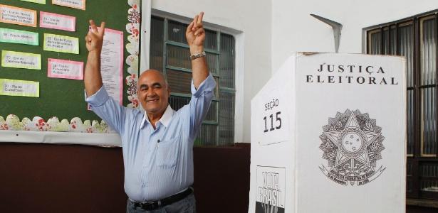 Candidato do PMDB à Prefeitura de Nova Iguaçu, Nelson Bornier votou sem um dos dentes da frente