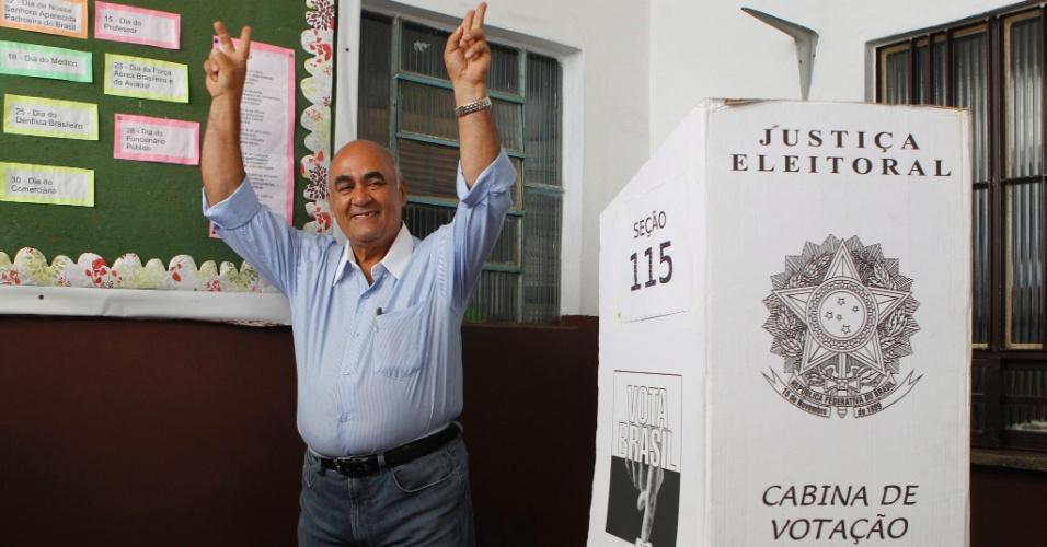 28.out.2012 - O candidato do PMDB à Prefeitura de Nova Iguaçu (RJ), Nelson Bornier, vota neste domingo (28)