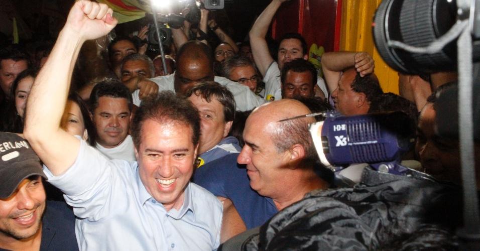 28.out.2012 - O deputado federal Jonas Donizette (PSB), no centro, venceu uma disputa acirrada com o ex-presidente do Ipea (Instituto de Pesquisa Econômica Aplicada) Marcio Pochmann (PT) e é o novo prefeito de Campinas
