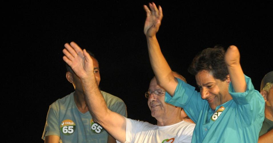 28.out.2012 - Carlin Moura (PCdoB), à direita, comemora vitória pela Prefeitura de Contagem (MG) neste domingo (23). Com 65,9% dos votos, Moura derrotou Durval Ângelo, que obteve 34,1%