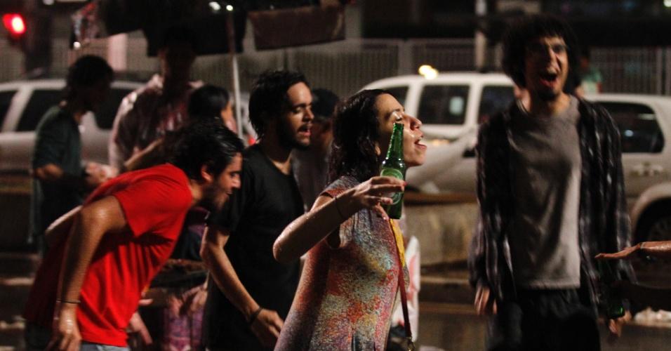 28.out.2012 - Eleitores comemoram embaixo de chuva a eleição de Fernando Haddad (PT) à Prefeitura de São Paulo, na avenida paulista, na noite deste domingo. Haddad foi eleito com 55% dos votos, contra 44% de José Serra (PSDB)