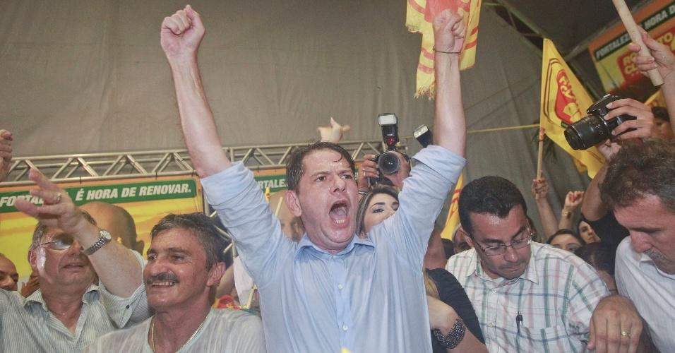 28.out.2012 - Governador do Ceará, Cid Gomes, comemora vitória de Roberto Claudio (PSB) na disputa pela Prefeitura de Fortaleza. Ex-aliado da gestão municipal por mais de sete anos, o PSB acaba com o domínio de oito anos do PT e passa a governar a quinta cidade mais populosa do país.