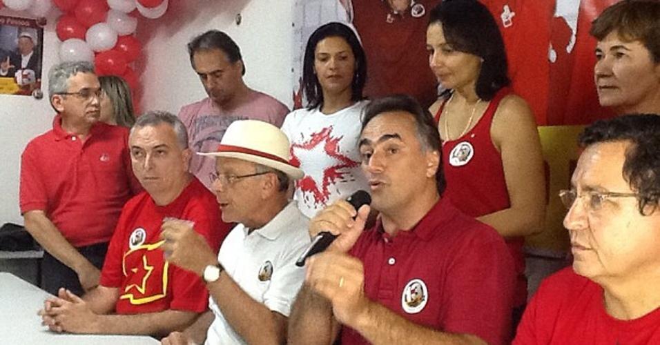 28.out.2012 - Luciano Catarxo (PT), com microfone em mãos, discursa sobre a vitória pela Prefeitura de João Pessoa (PB) neste domingo (28). Com 68,1% dos votos, Catarxo derrotou Cicero Lucena, que obteve 31,9%