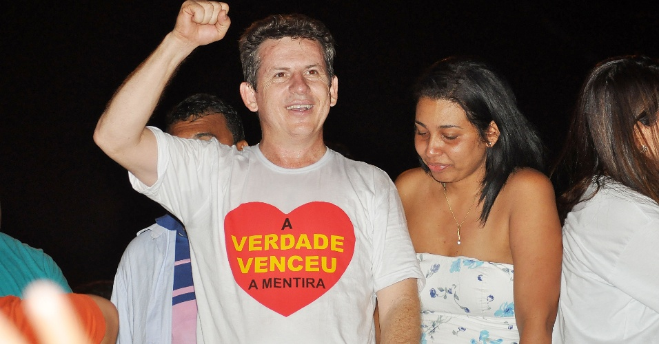 28.out.2012 - Mauro Mendes (PSB) comemora a vitória na disputa pela Prefeitura de Cuiabá (MT)