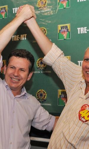 28.out.2012 - Mauro Mendes (PSB) comemora vitória na disputa pela Prefeitura de Cuiabá (MT) com o vice João Malheiros (PR)