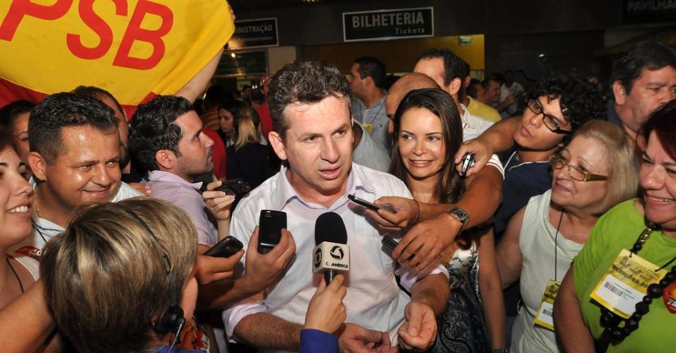 28.out.2012 - Mauro Mendes (PSB) dá entrevista após saber da vitória na disputa pela Prefeitura de Cuiabá (MT)