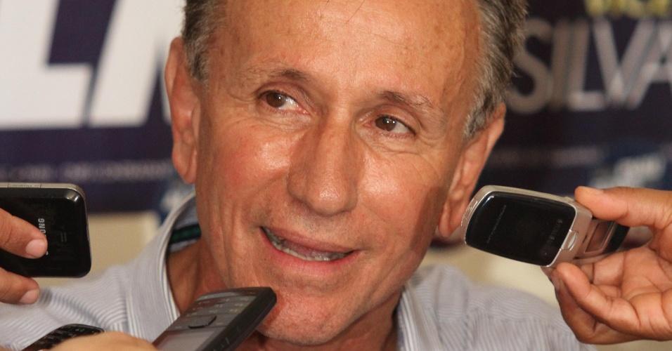 28.out.2012 - Paulo Piau (PMDB) comemora vitória pela Prefeitura de Uberaba (MG) neste domingo (28). Com 51,3% dos votos, Piau derrotou Antonio Lerin, que obteve 48,6%