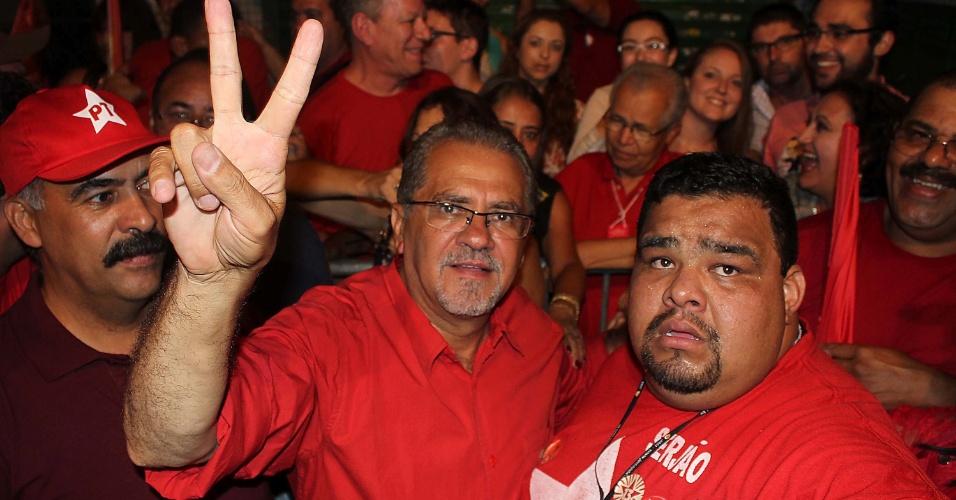28.out.2012 - Sebastião Almeida (PT), no centro, comemora reeleição para a Prefeitura de Guarulhos (SP) neste domingo (28). Com 60,7% dos votos, Almeida derrotou Carlos Roberto, que obteve 39,2%