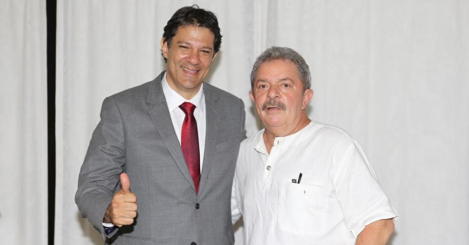 29.out.2012 - O prefeito eleito de São Paulo, Fernando Haddad (PT) (à esq.), encontrou o ex-presidente Luiz Inácio Lula da Silva no final da tarde desta segunda-feira, no Instituto Lula, na zona sul da capital paulista