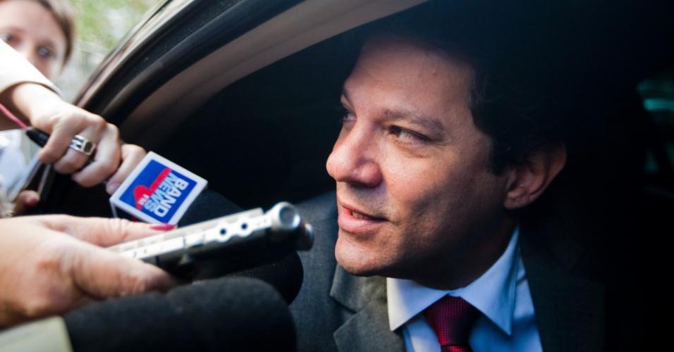 29.out.2012 - Prefeito eleito em São Paulo, Fernando Haddad (PT) conversa com jornalista antes de seguir para Brasília, onde encontrará a presidente Dilma Rousseff para uma reunião. O petista venceu o 2º turno com 55% dos votos válidos, no último domingo (28)