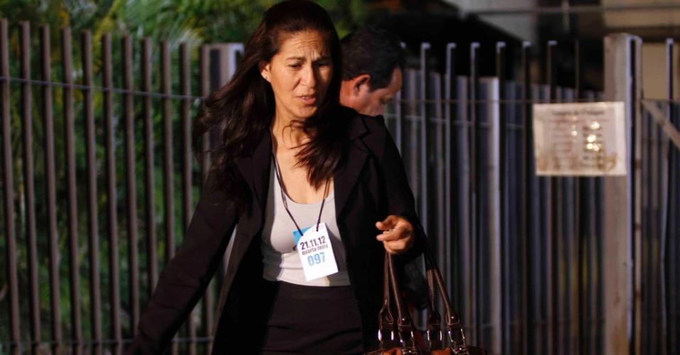 21.nov.2012 - Sonia Samudio, mãe de Eliza Samudio, deixa o Fórum Pedro Aleixo em Contagem (MG), na noite desta quarta-feira